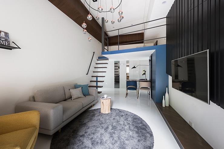 挑高天花板運用燈具配置,賦予轉換室內氣氛的意義