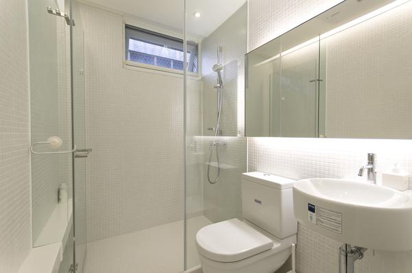 以单一白色马赛克素材营造轻亮的卫浴
