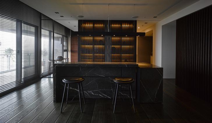 用餐场域以木格栅展示柜为背景