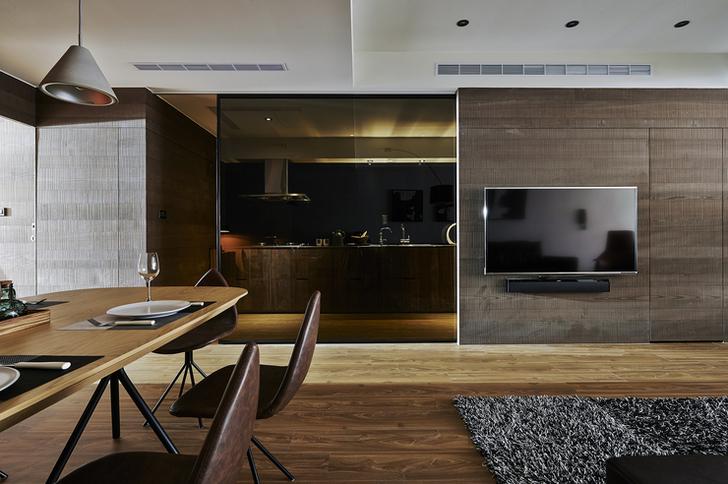 和室擁充足採光 客廳一旁規劃為和室空間,以黑色的推拉式格柵做為區隔,設置大面的開窗迎來充足採光,搭配涼爽的塌塌米和木地板;中間為升降桌,升起時可讓三五好友喝茶聊天,降下時則可維持塌塌米的平整,當做客房休憩使用。餐廚區域,則以褐玻來阻隔油煙問題,又可營造視線的通透感。餐廳的餐桌椅以木頭與鐵件組成,流露出特有的設計感。  收納機能齊全的更衣室。